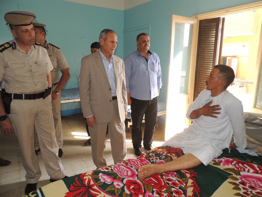 مدير أمن سوهاج مع الشرطى المصاب.jpg2