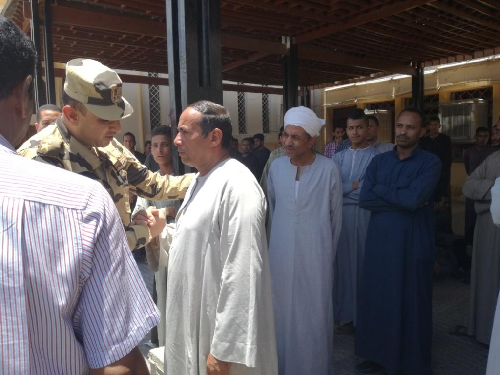 الأقصر تشيع شهيد العريش في جنازة عسكرية  (17)