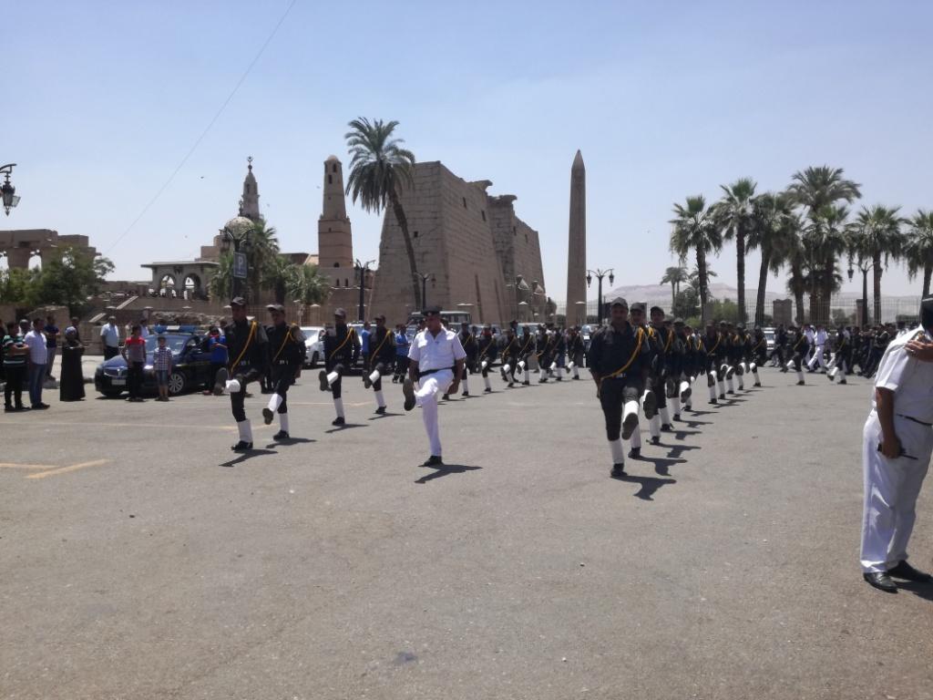الأقصر تشيع شهيد العريش في جنازة عسكرية  (8)