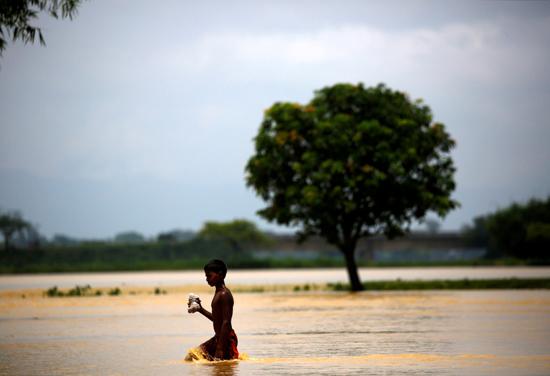 طفل وسط مياه الفيضانات فى نيبال