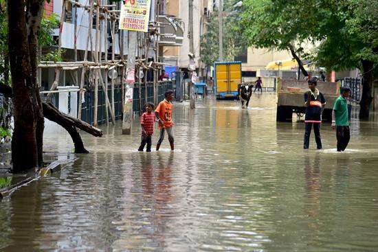 شلل مرورى فى الهند بسبب الفيضان