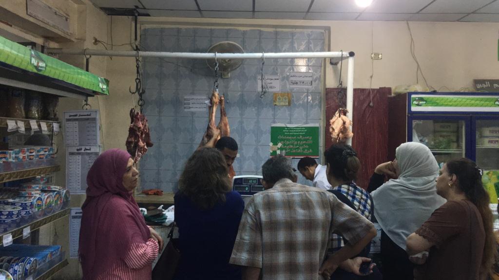 توافد المواطنون علي منفاذ بيع اللحوم المدعمة بأسيوط (2)