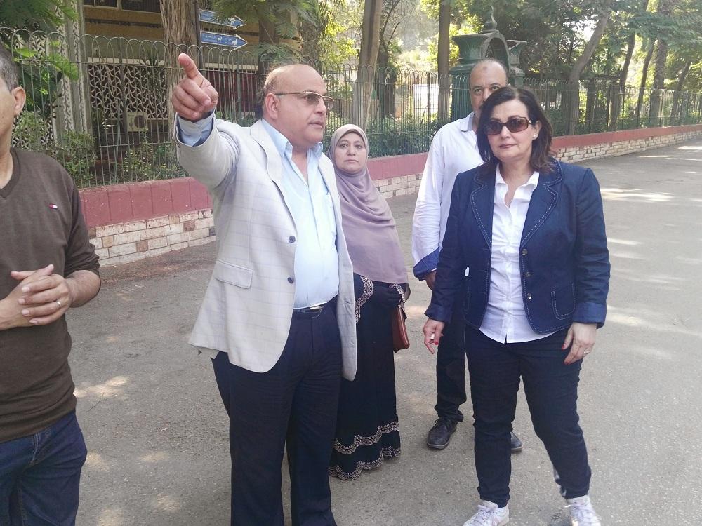 د. منى محرز تستمع لشرح د. محمد رجائي عن تطوير حديقة الحيوان