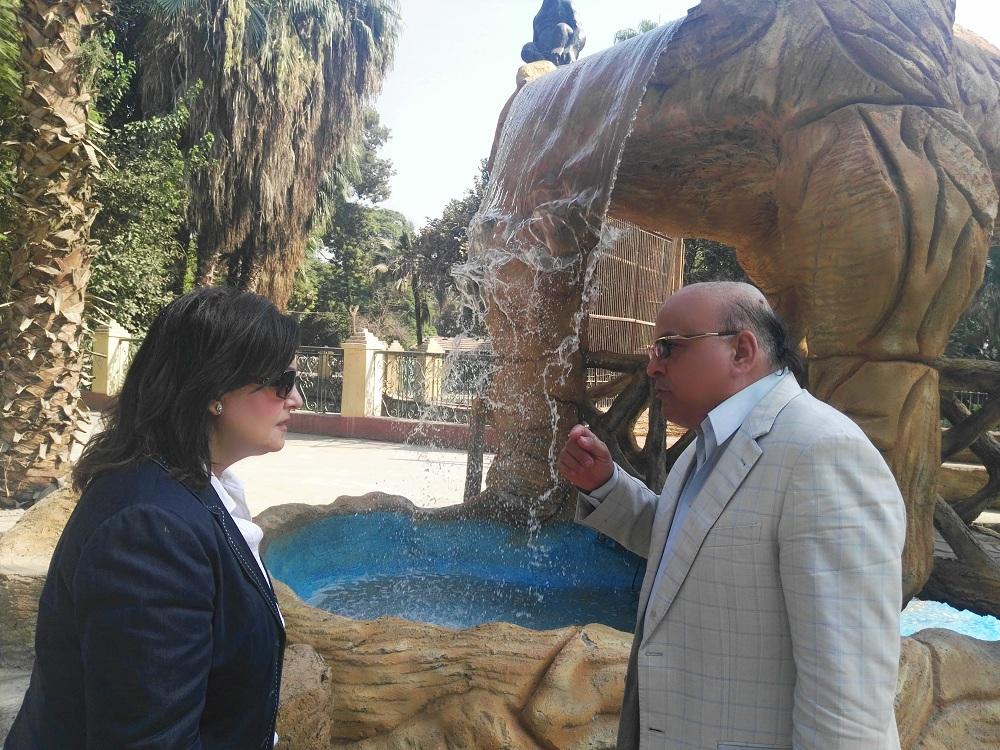 د. منى محرز ومعها د. محمد رجائي لتفقد الحديقة