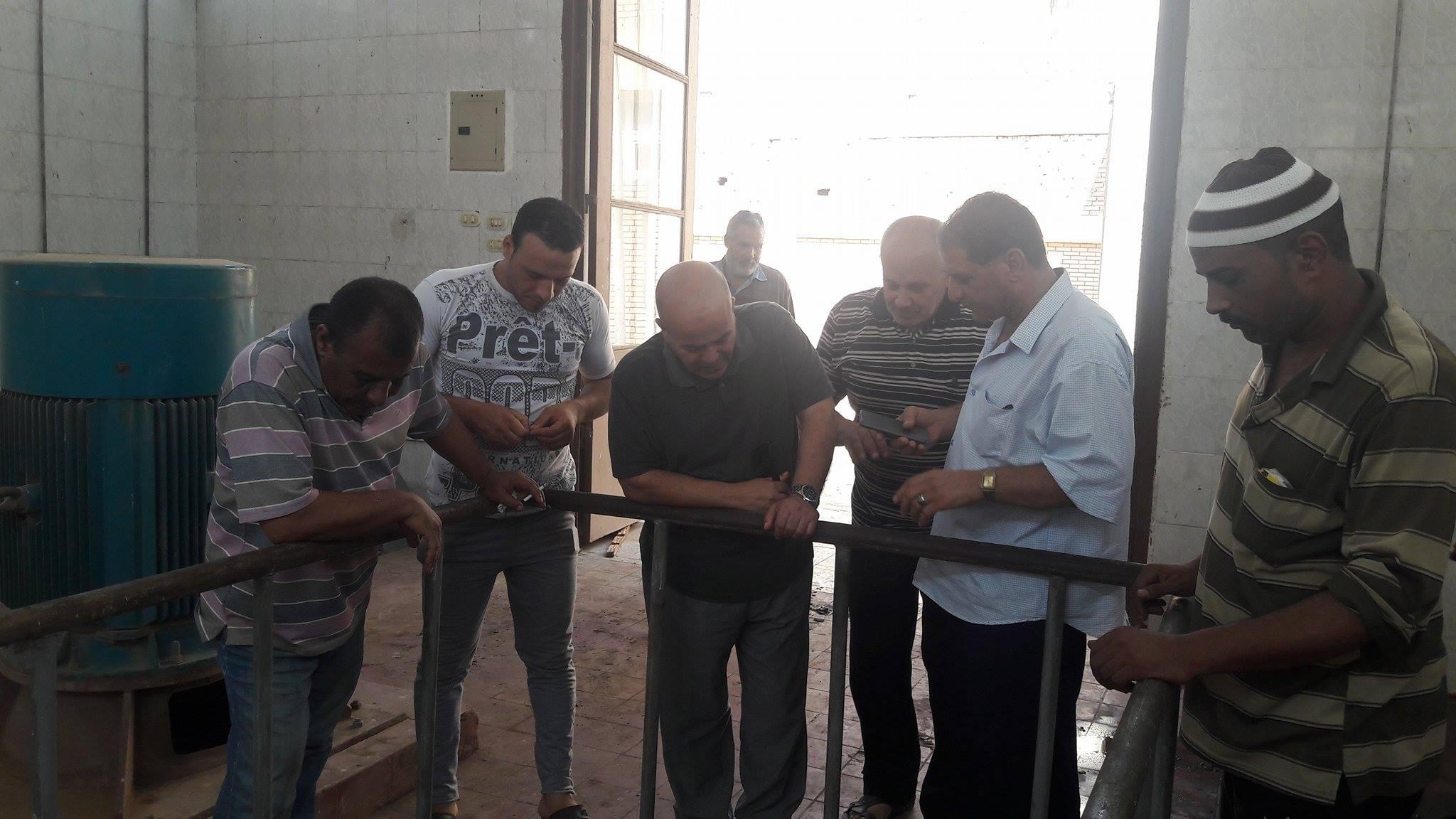 رئيس مدينة السنطة يتابع صيانة محطة الصرف الصحي بقرية مسهلة