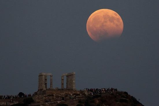 1218523-معابد-أثينا-فوقها-القمر-وخسوفه