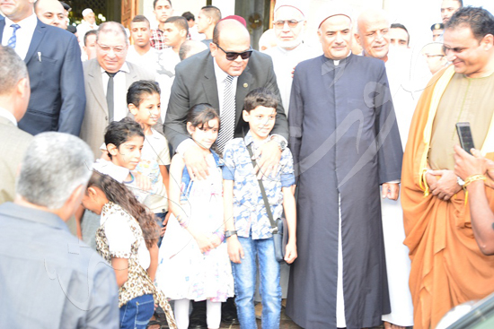 محافظ مطروح يستقبل المهنئين بالديوان العام ويقدم العيدية للأطفال (4)