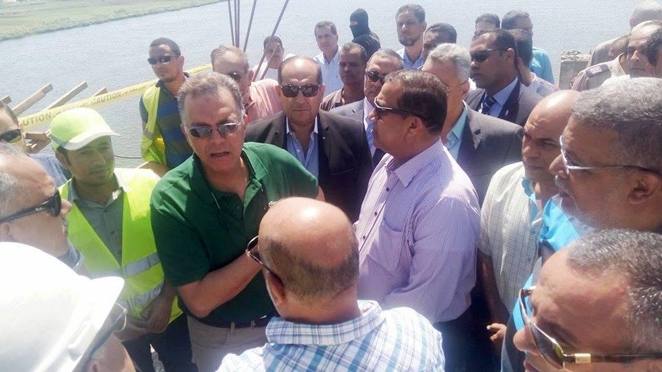 وزير النقل ومحافظ سوهاج.jpg 4