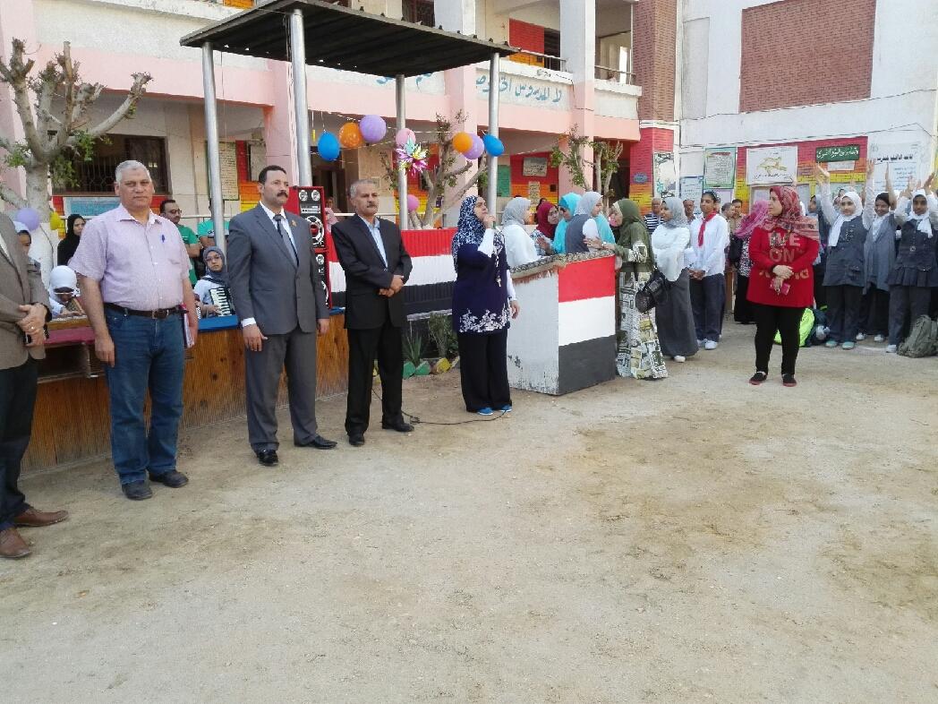 2- وكيل لجنة التعليم يحضر تحية العلم  فى مدرسة الحديثة  الاعدادية للبنات