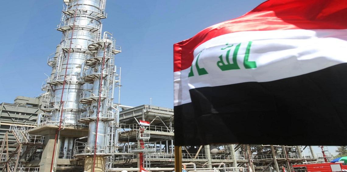 العلم العراقي في أحدى مضخات النفط
