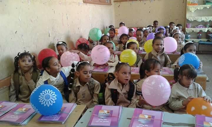 مدرسة أحمس بالأقصر والبالون مع الكتب (3)