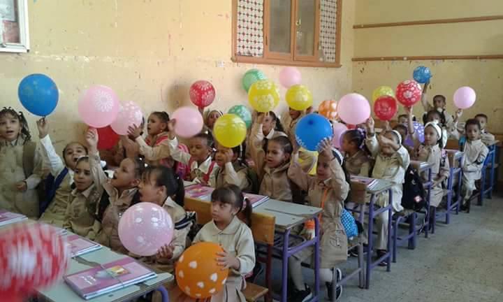 مدرسة أحمس بالأقصر والبالون مع الكتب (10)