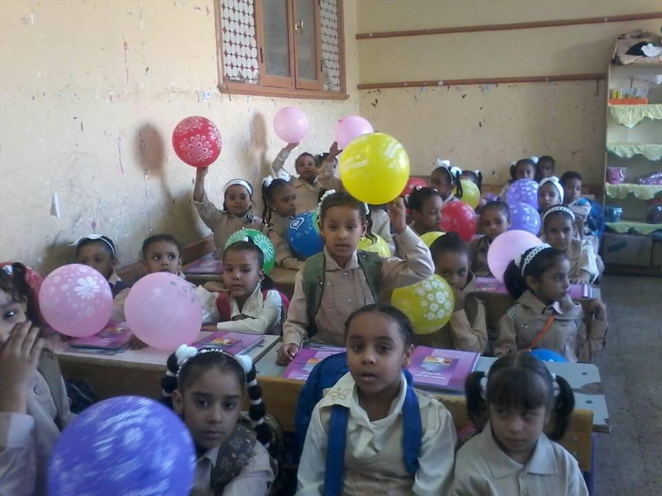 مدرسة أحمس بالأقصر والبالون مع الكتب (2)