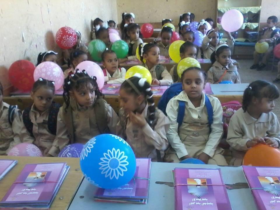مدرسة أحمس بالأقصر والبالون مع الكتب (4)