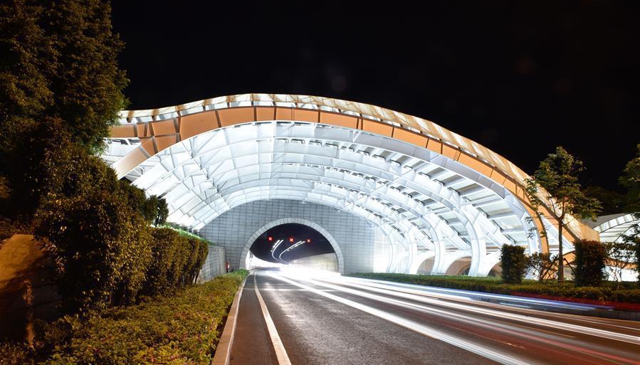 إضاءة نفق وأربعة جسور لدخول مدينة شيامن في الليل لاستقبال قمة بريكس