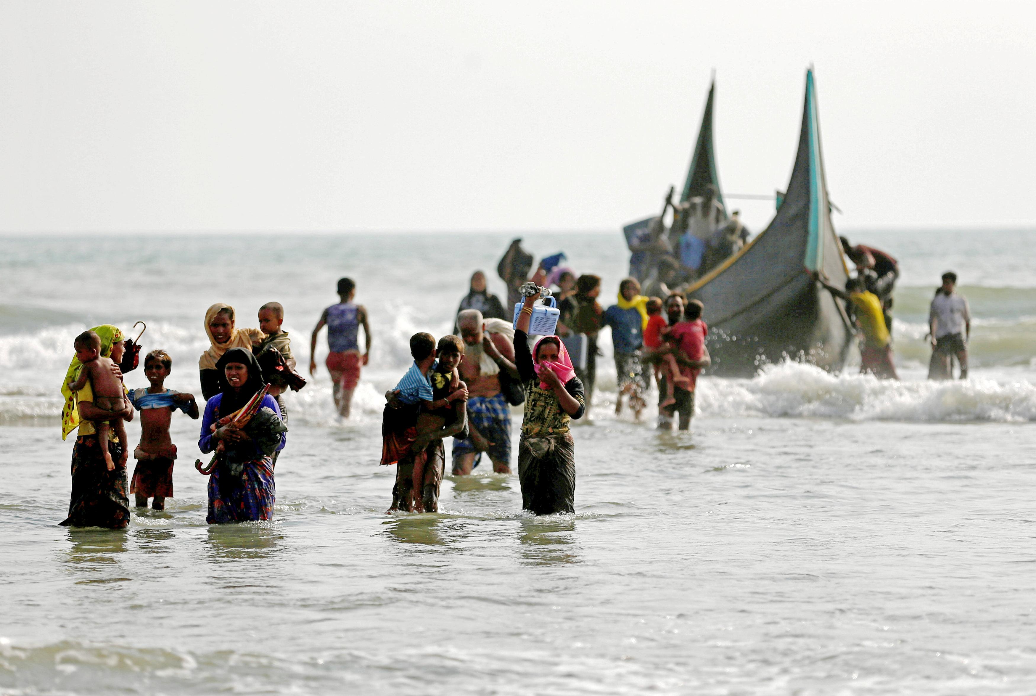 وصولهم لبنجلاديش عبر القوارب