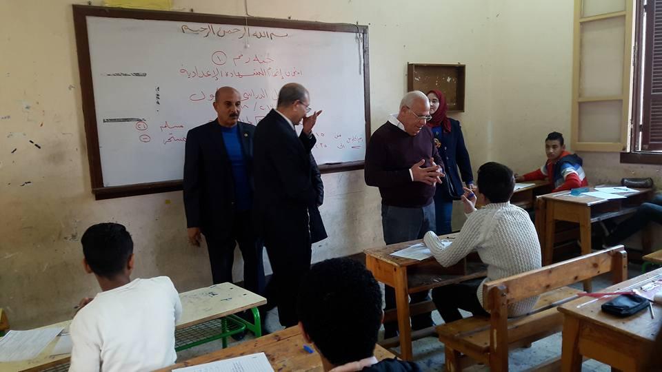 محافظ بورسعيد يتفقد لجان الامتحانات (1)