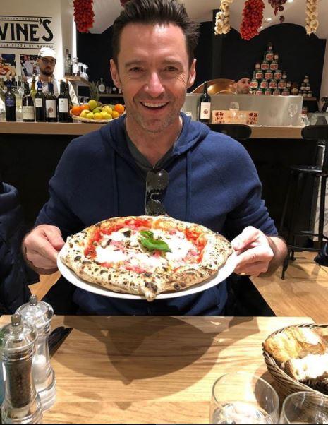 هيو جاكمان يحب تناول البيتزا والنبيذ  (1)