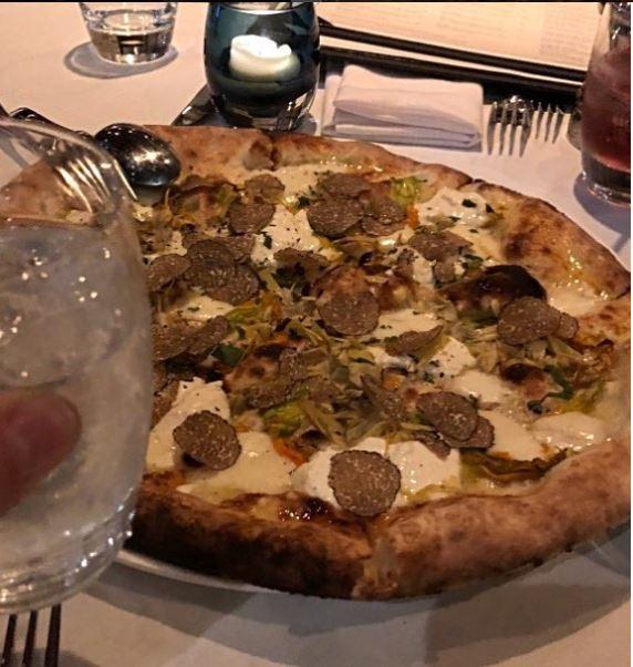 هيو جاكمان يحب تناول البيتزا والنبيذ  (3)