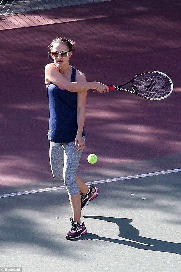 ناتالي بورتمان تمارس التنس بمهارة (2)