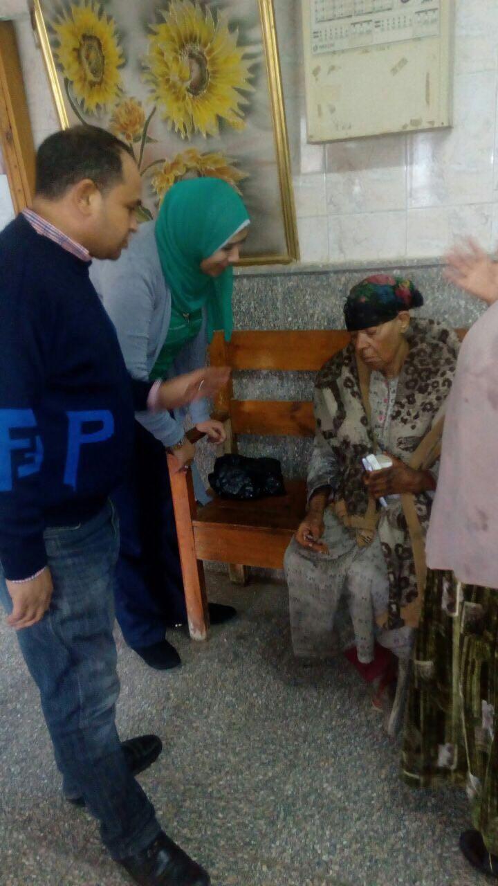 التضامن التدخل السريع ينقذ سيدة مسنة من برد الشارع وينقلها إلى دار لرعاية المسنين (3)
