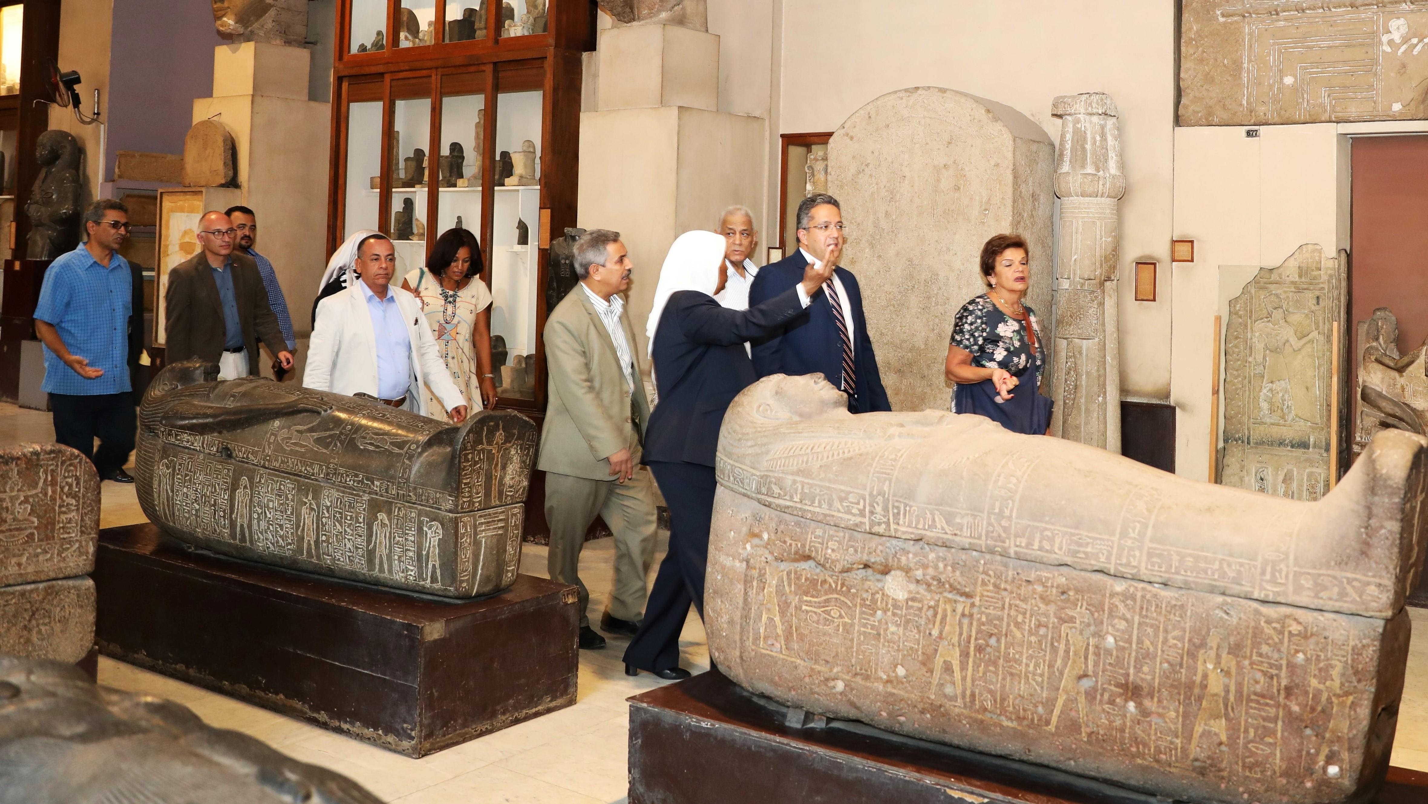 وزير الاثار يعاين قاعات المتحف المصرى