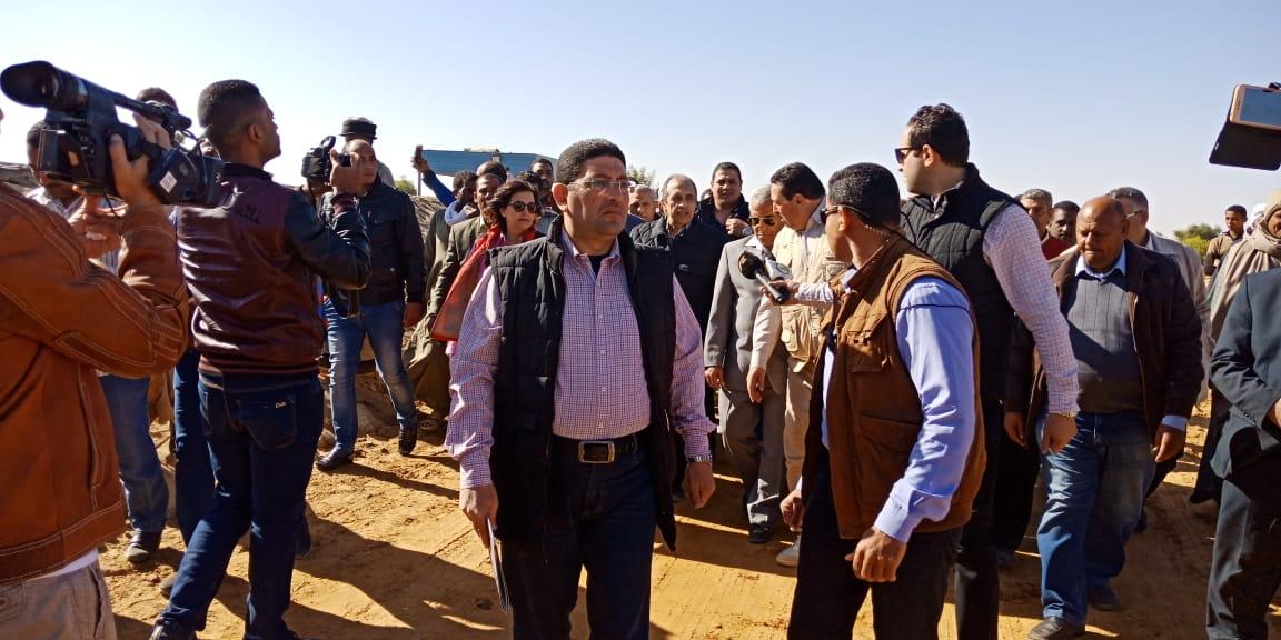 الدكتور عز الدين ابوستيت واللواء احمد ابراهيم محافظ اسوان (3)