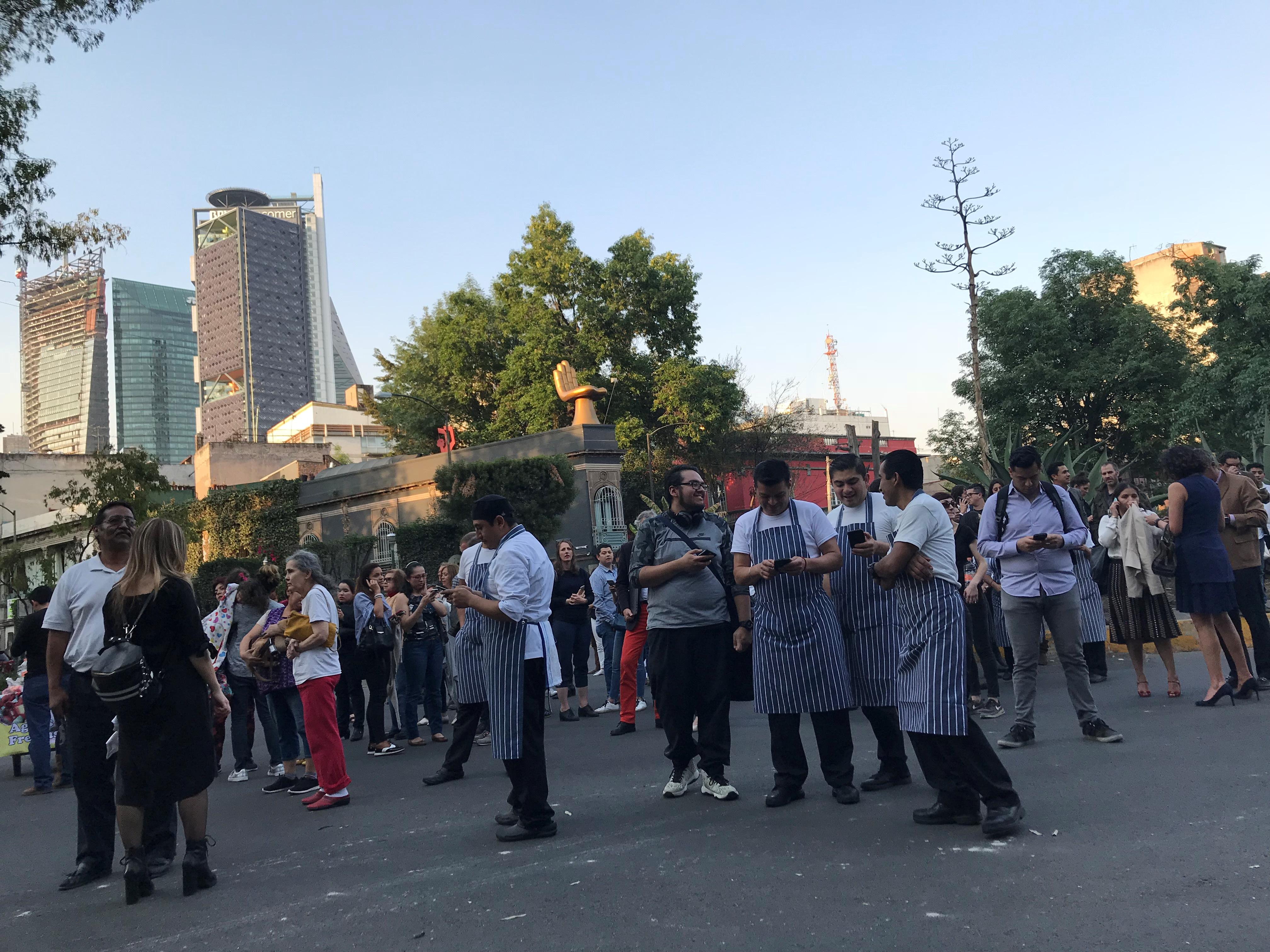انتشار المكسيكيون فى الشواره عقب الزلزال