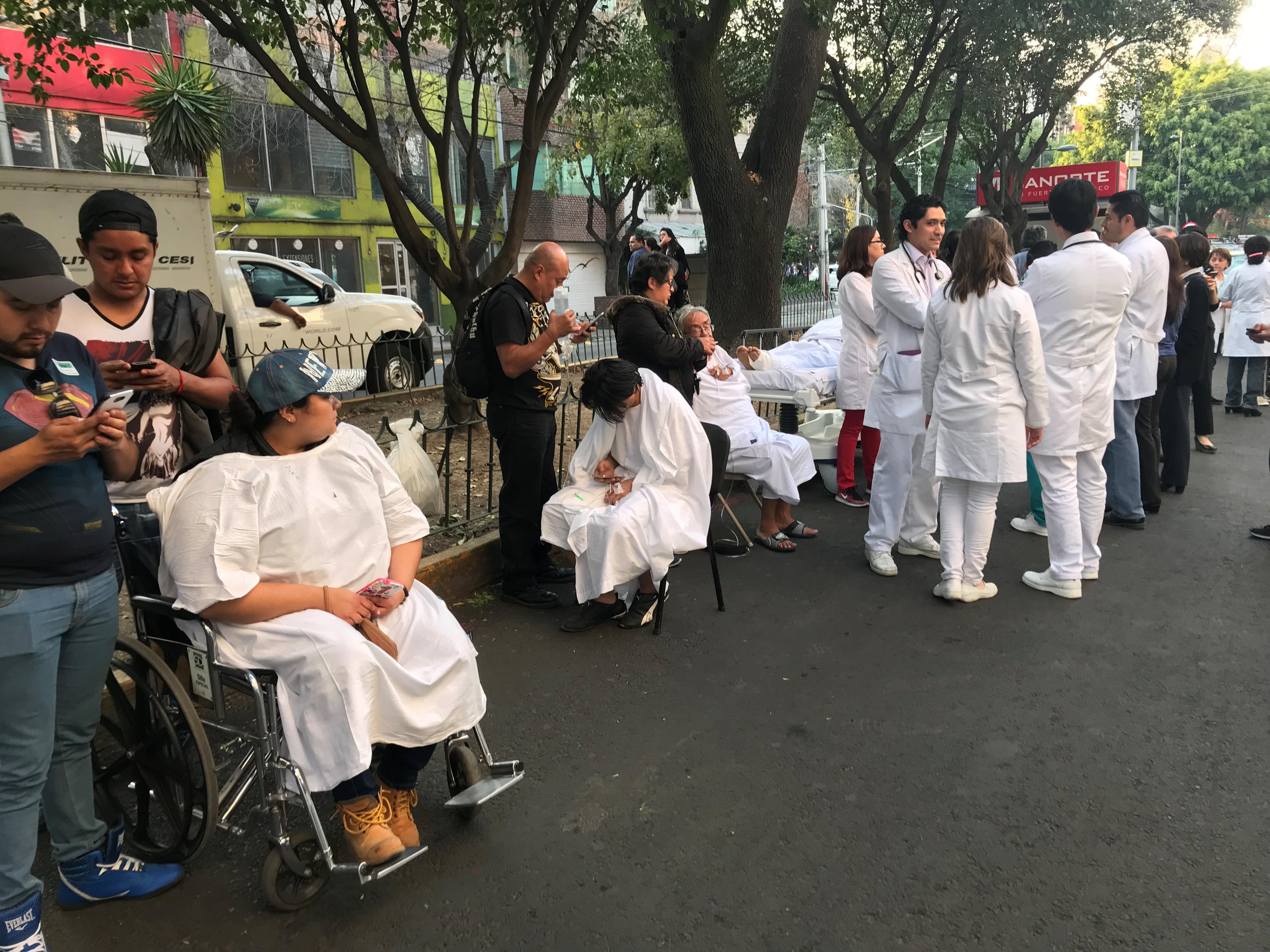 عدد من المكسيكيين يتلقون الرعاية الطبية