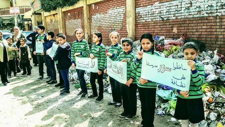 4- طلاب مدرسة يطالبون برفع القمامة