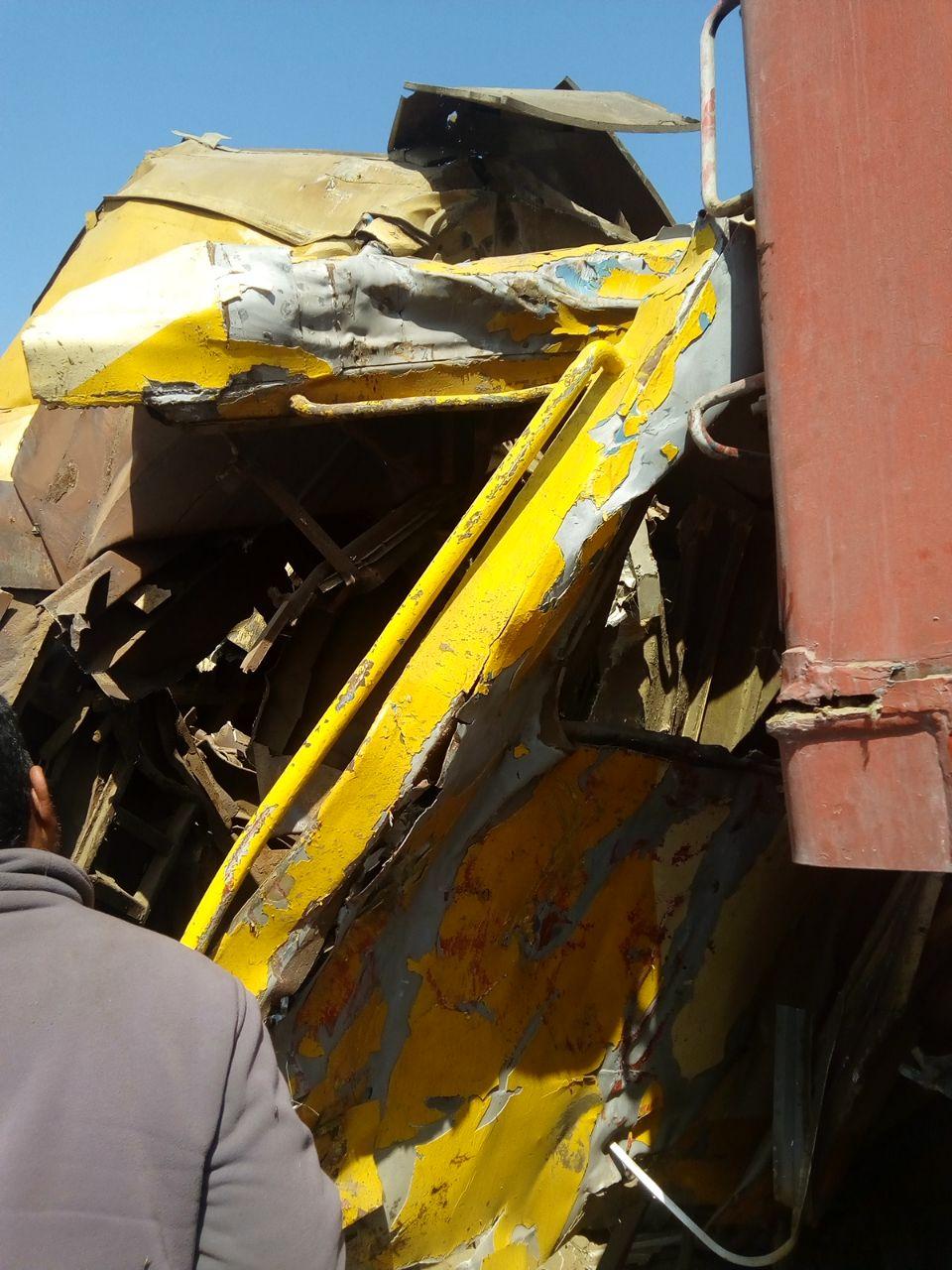 انفصال عربتى قطار ركاب واصطدامهما بقطار بضائع (4)