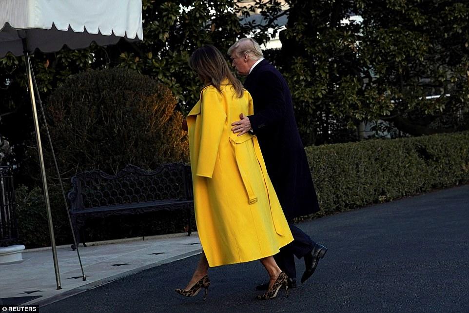ميلانيا ترامب تنفض يد ترامب أمام العالم (12)