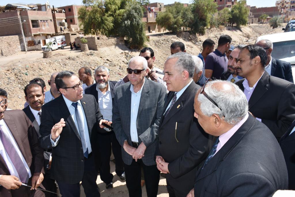 وزير الرى يزور السد العالى (5)