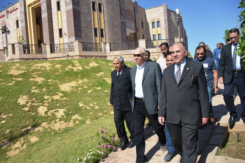 وزير الرى يزور السد العالى (4)