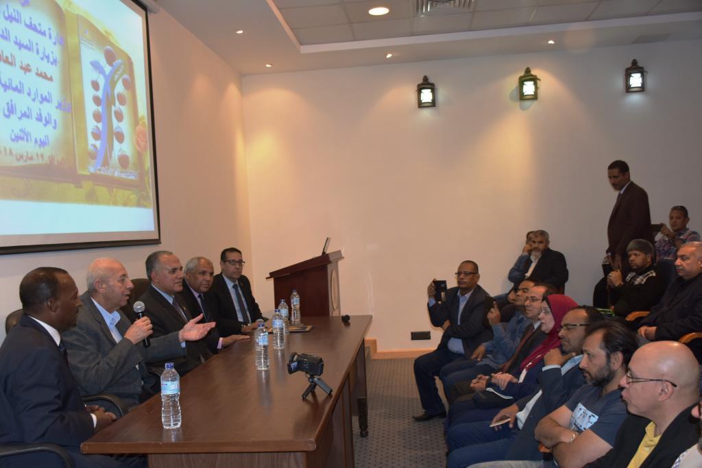 وزير الرى يزور السد العالى (2)