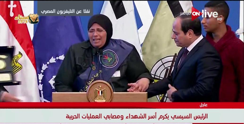 الرئيس السيسي يكرم والدة أحد الشهداء
