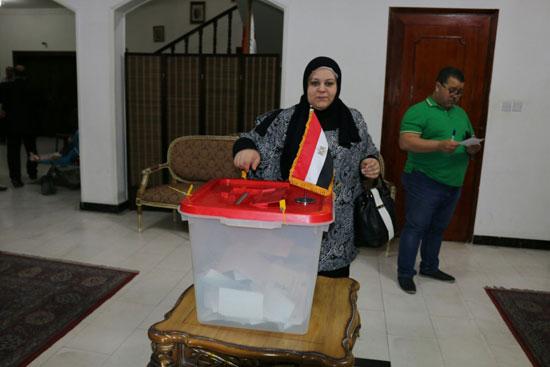 تزايد اعداد الناخبين على السفارة المصرية بالبحرين للادلاء بأصواتهم في اليوم الثالث والاخير لانتخابات الرئاسة (9)