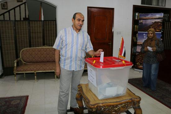 تزايد اعداد الناخبين على السفارة المصرية بالبحرين للادلاء بأصواتهم في اليوم الثالث والاخير لانتخابات الرئاسة (10)