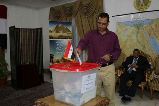 تزايد اعداد الناخبين على السفارة المصرية بالبحرين للادلاء بأصواتهم في اليوم الثالث والاخير لانتخابات الرئاسة (6)