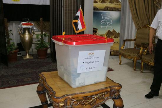 تزايد اعداد الناخبين على السفارة المصرية بالبحرين للادلاء بأصواتهم في اليوم الثالث والاخير لانتخابات الرئاسة (11)