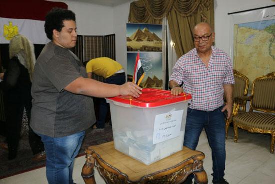 تزايد اعداد الناخبين على السفارة المصرية بالبحرين للادلاء بأصواتهم في اليوم الثالث والاخير لانتخابات الرئاسة (8)
