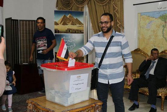 تزايد اعداد الناخبين على السفارة المصرية بالبحرين للادلاء بأصواتهم في اليوم الثالث والاخير لانتخابات الرئاسة (7)