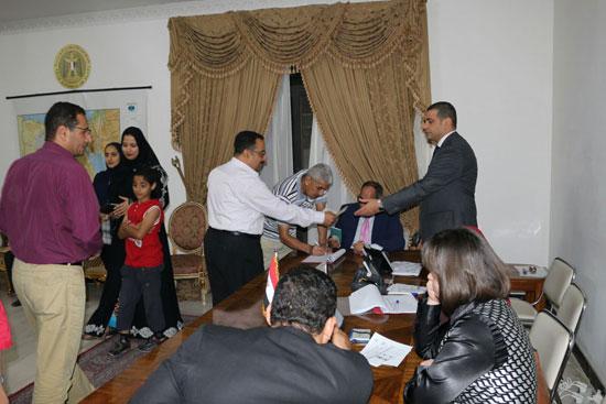 تزايد اعداد الناخبين على السفارة المصرية بالبحرين للادلاء بأصواتهم في اليوم الثالث والاخير لانتخابات الرئاسة (4)