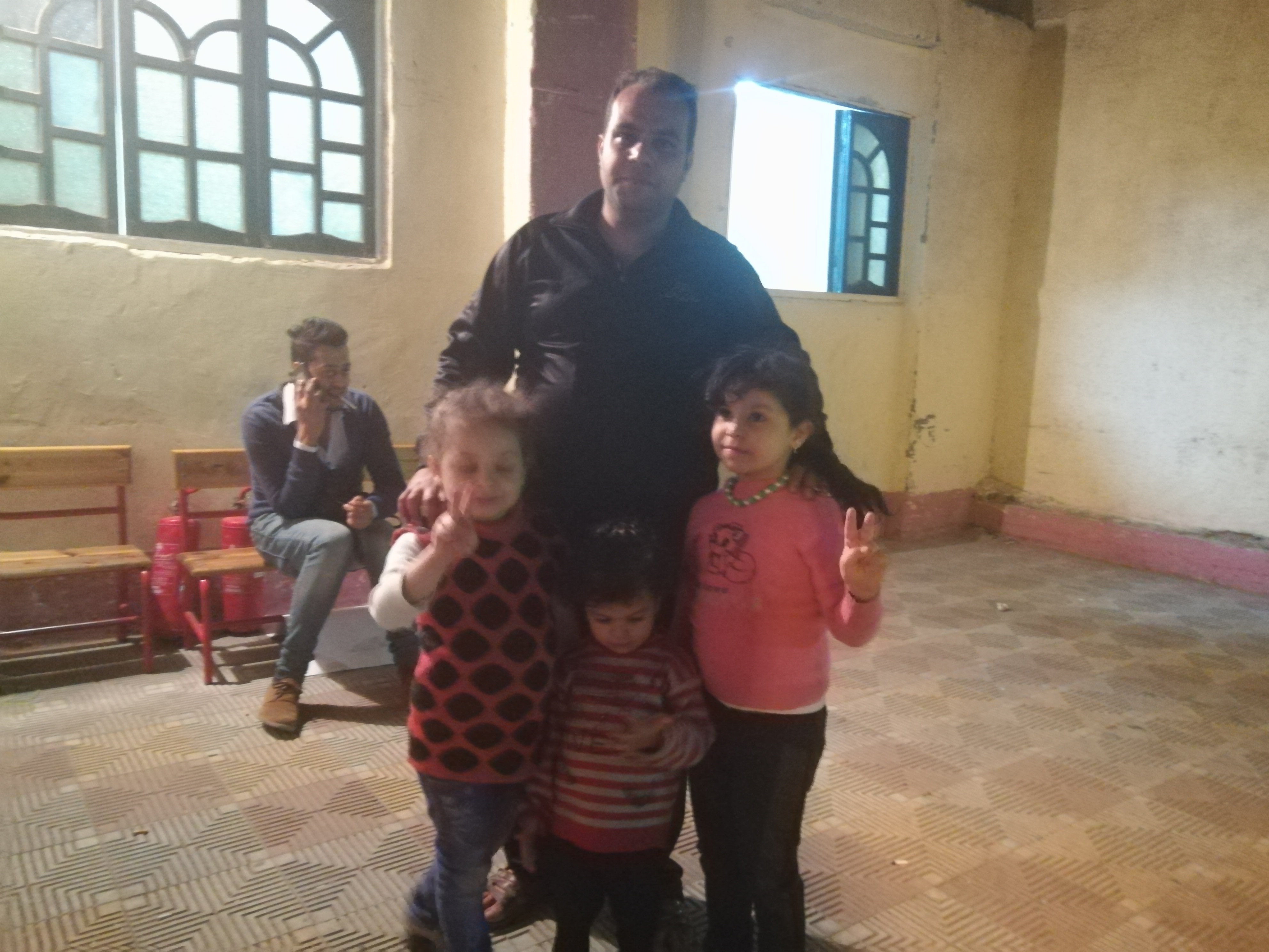 الاطفال يشاركون أهاليهم في الأدلاء بأصواتهم في الانتخابات (2)