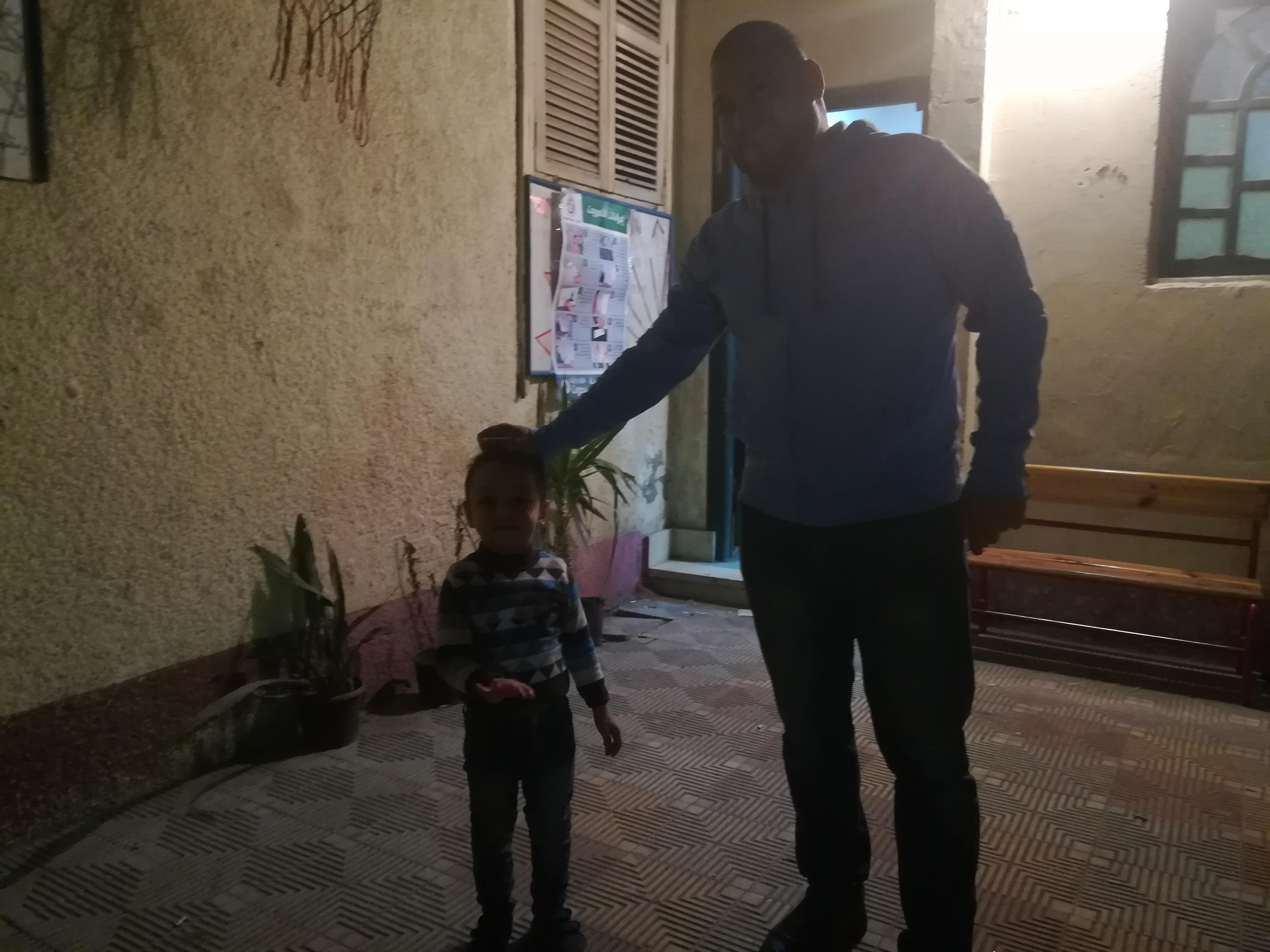 الاطفال يشاركون أهاليهم في الأدلاء بأصواتهم في الانتخابات (4)