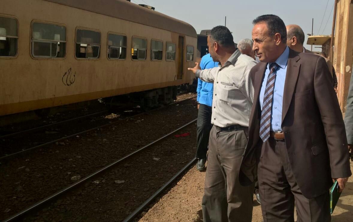 رئيس هيئة السكة الحديد  يحاور الركاب من كابية الجرار بقطار المناشى (4)