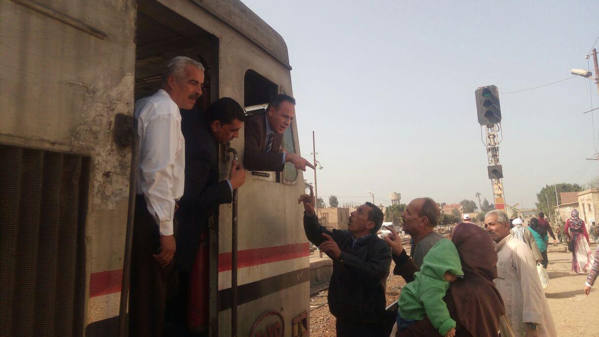 رئيس هيئة السكة الحديد  يحاور الركاب من كابية الجرار بقطار المناشى (2)