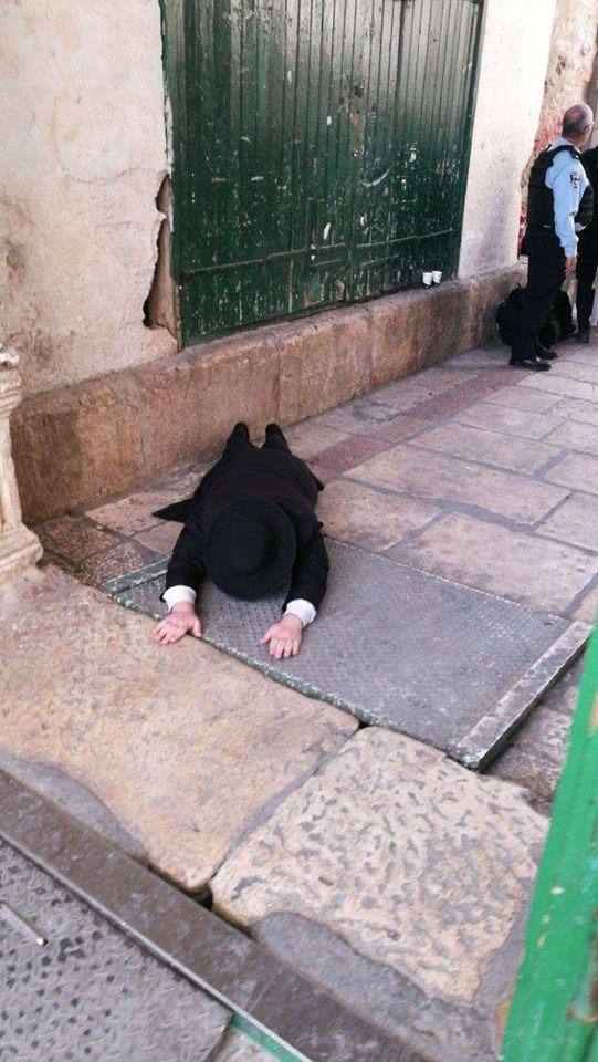 مستوطن يؤدي طقوساً تلمودية أمام باب السلسلة أحد أبواب المسجد الأقصى المبارك.
