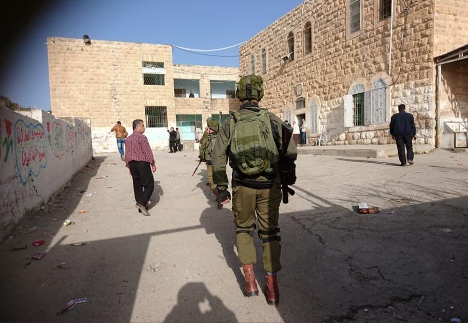 قوات الاحتلال تقتحم مدرسة النهضة الابتدائية في مدينة الخليل3