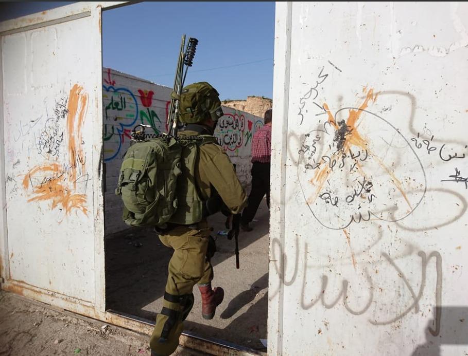 قوات الاحتلال تقتحم مدرسة النهضة الابتدائية في مدينة الخليل